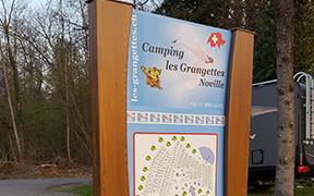Totem d'entrée avec éclairage intégré du camping de Grangettes à Noville