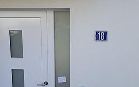 Plaque de rue, indicateurs et numéros de maison Prangins